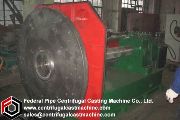 Carriage for a centrifugal casting machine and machine including said carriage